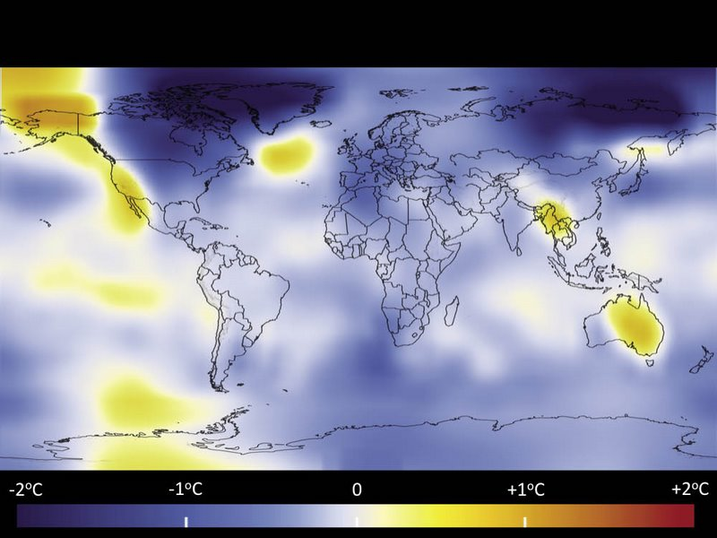 I colori sulla mappa rappresentano la differenza di temperatura rispetto al valor medio calcolato sul periodo 1951-1980: in blu le zone più fredde rispetto al riferimento, in rosso quelle più calde.